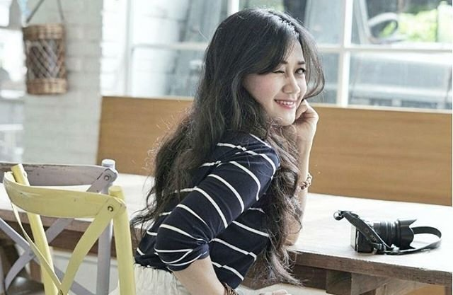 Wink wink 😉😉 Ga peduli fotografer newbie atau senior..as long as he/she knows me well and good on capturing my character, I love that photographer 😍 Thank you kak @dunia__maya for capturing this. You know me so well so I dont have to act or be another person.😘😘 #wink #eye #smile #girl #woman #lady #character #photography #photooftheday #pictureoftheday #photographer #ootd #sotd #camera #coffeeshop #cafe #restaurant #creamycomfort #bali #clozetteid #clozetteambassador