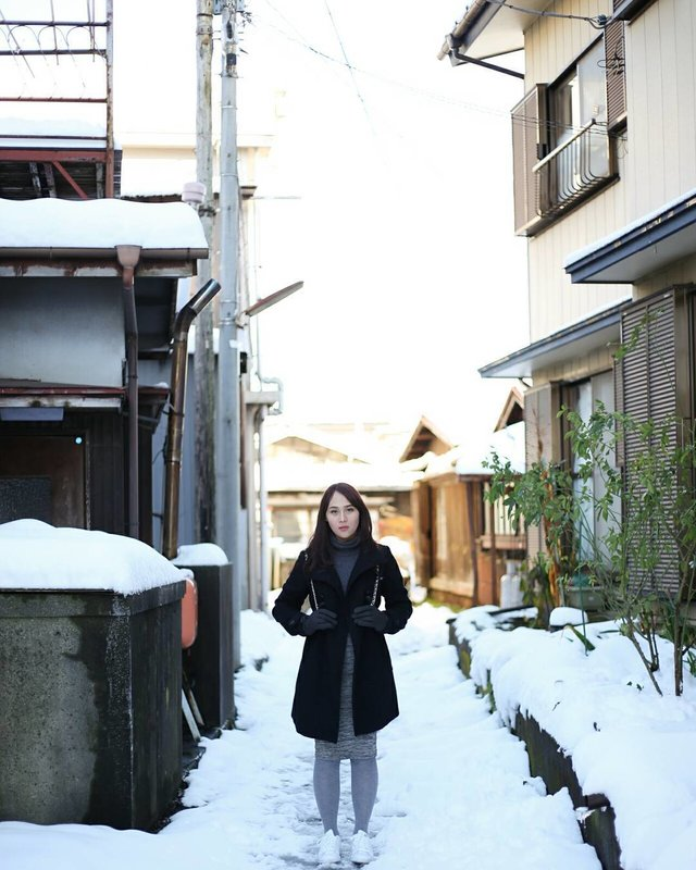 To warm my days in a snowy day, i need 3 things; coat, gloves, and you. #tsaahhh 📸 @johanjsaleh . . . . . #HuboyWaifuTravelJournal #HuboyWaifuInJapan #HuboyWaifuJalanJalanJapan #ClozetteID #Lifestyle #Travel #Japan #Snow