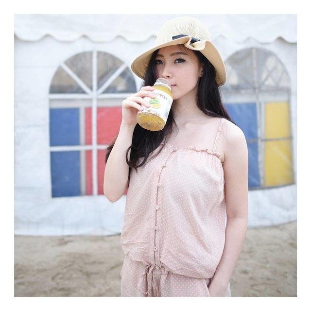 It's not a short term diet, it's a long term lifestyle change. Yellow Watermelon juice on my hand especially made by @coldpressid , reveal their new variant here http://notonlywear.blogspot.co.id/2016/12/cold-press-single-flavour-coconut-water.html , healthy body + healthy mind = happy life!.....#like #selca #selfie #fotd #instafood #faceoftheday #clozetteid #ulzzang #foodstagram #sweet #yummyfood #foodlovers #endorse #endorsement #like4like #photography #like #korea #foodstyle #likes #foodie #likeforlike #korean #indonesian #girl #foodheaven #foods #photography #photographer